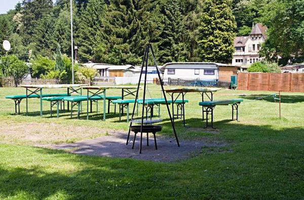 Der Grillplatz mit Sitzgelegenheiten
